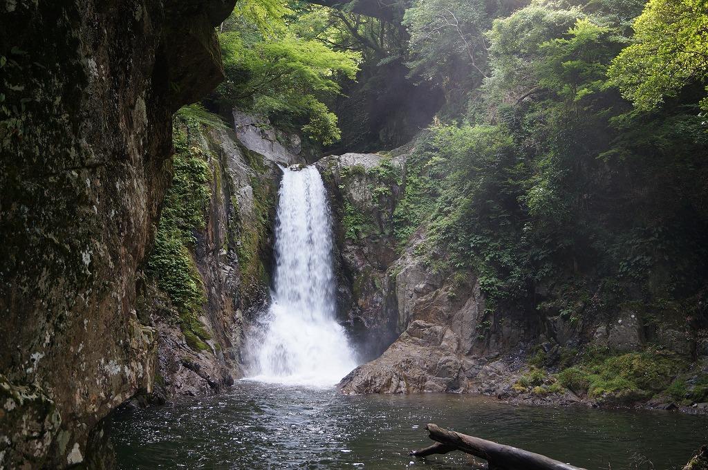 鳴沢の滝と、廃墟の鳴沢苑。今は、はれはれ庵